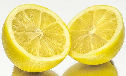cheveux brillants avec du jus de citron