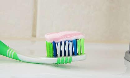 dentifrice, remède maison contre les boutons dans le dos