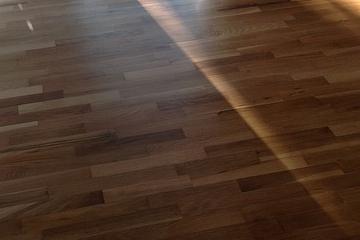 égratignures sur un plancher de bois