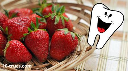 blanchir les dents avec des fraises