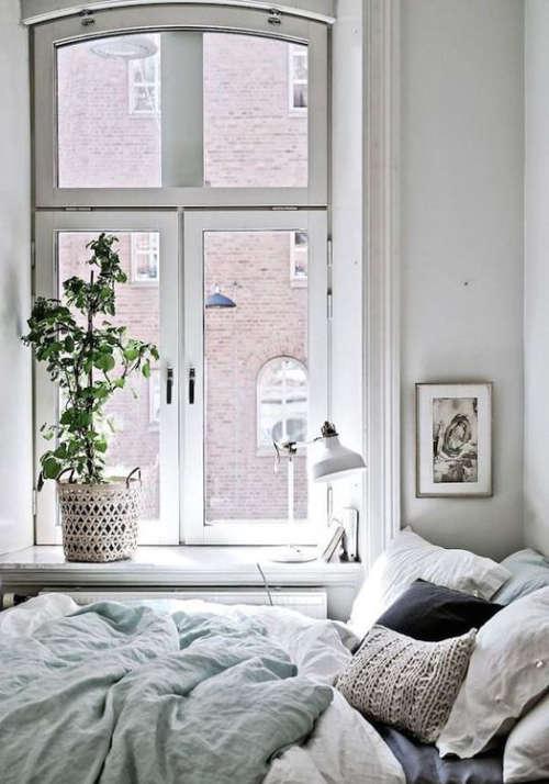 habillage fenêtre dans une petite chambre
