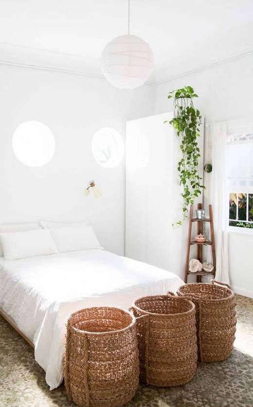plante verte et commode haute dans une petite chambre