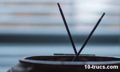 rituel de chance avec des bâtons d'encens