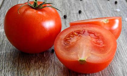 une tomate pour enlever un bouton sur le nez et dans le nez
