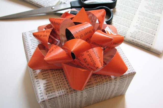 emballer un cadeau avec du papier journal