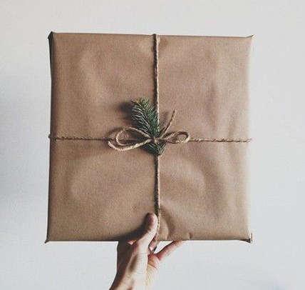 Emballer un cadeau avec un sac de papier brun