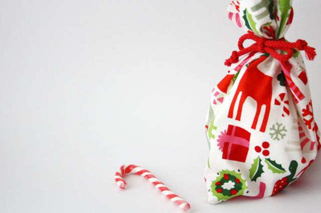 Emballer un cadeau de Noël avec du tissu