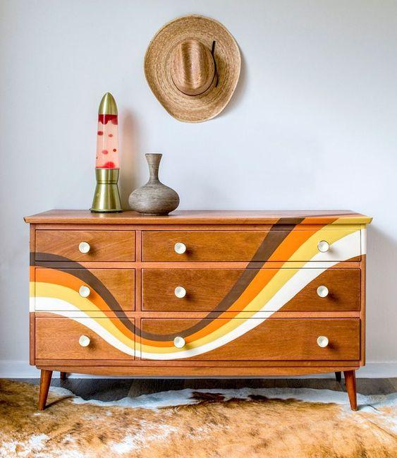 Peindre des formes sur un meuble en bois