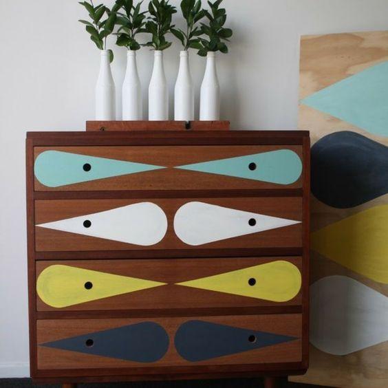 Faire des motifs sur un meuble en bois avec des pochoirs