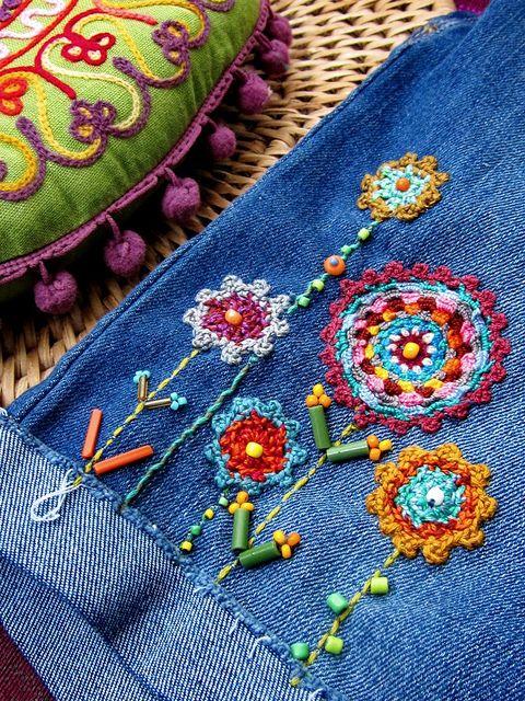 Broderie et crochet de fleur sur un jean