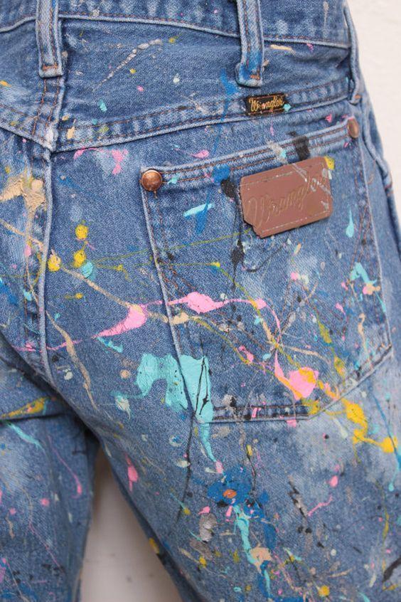 Taches de peinture sur un jean