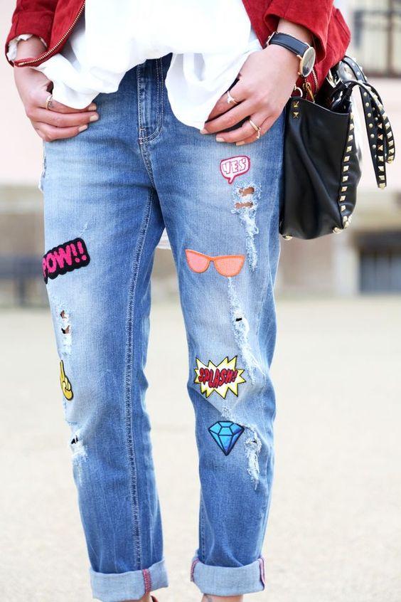 Coudre des écussons sur des jeans
