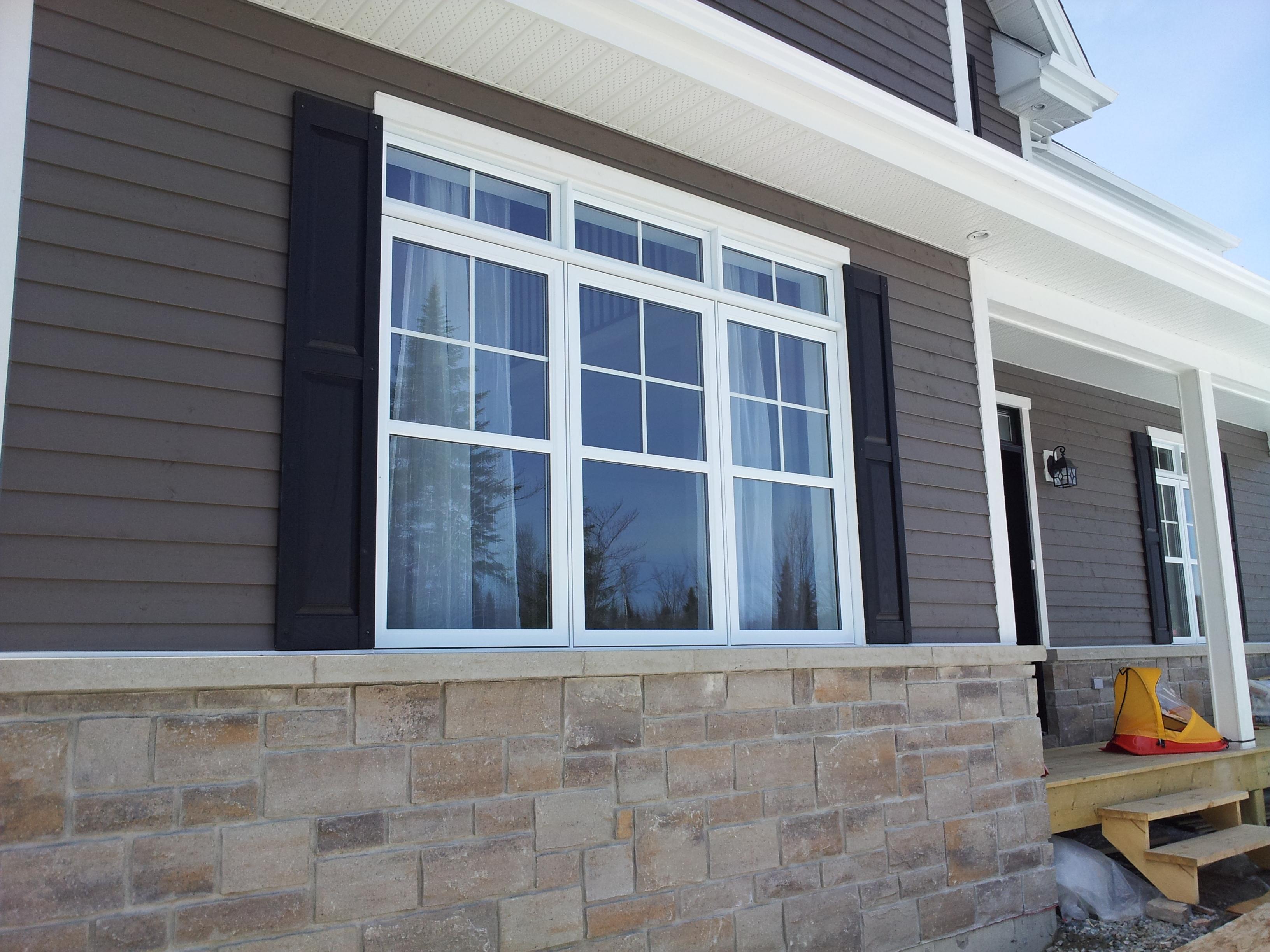 installation des volets, volets noirs fenêtres,