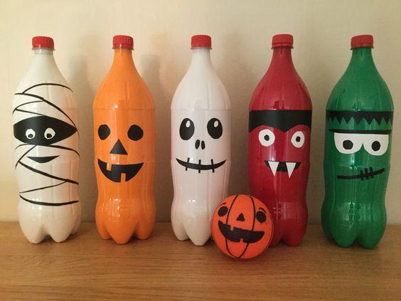 Faire un jeu de bowling avec des bouteilles de plastiques pour l'Halloween