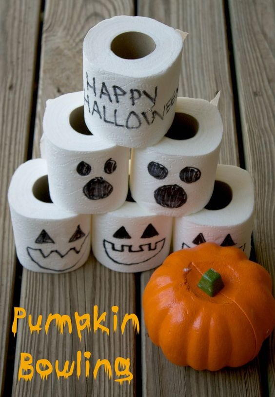 Jeu de bowling pour l'Halloween avec papier toilette