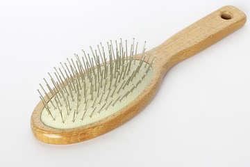 nettoyer une brosse à cheveux, enlever cheveux peigne,