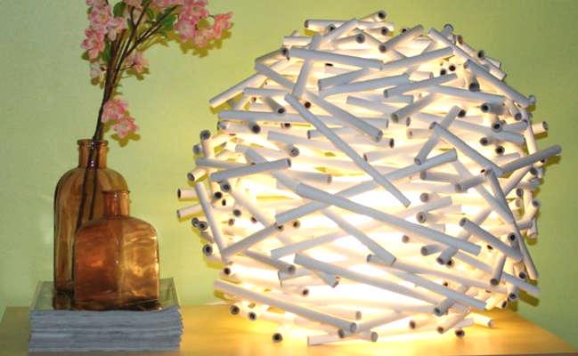 Fabriquer une lampe avec du papier journal en rouleau