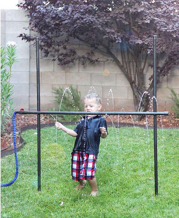 limbo enfant, faire un jeu de limbo avec de l'eau,