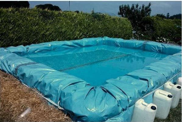 faire une piscine maison, piscine avec du foin,