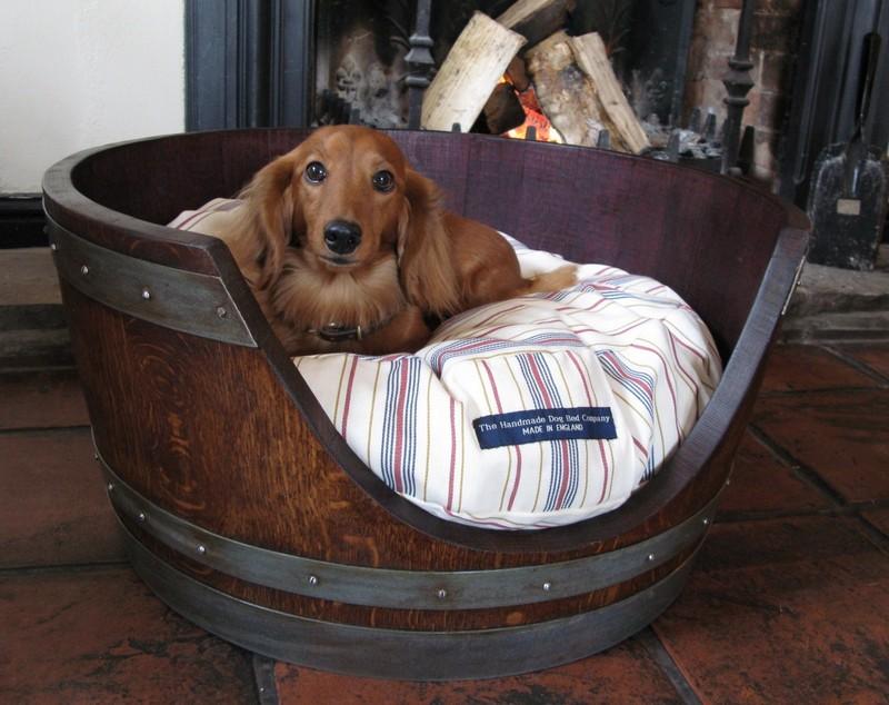 Lit pour chien avec un tonneau de bois