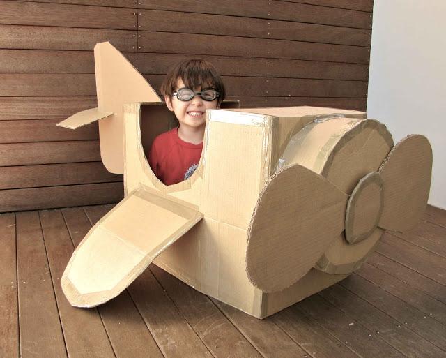 Avion avec des boites de carton
