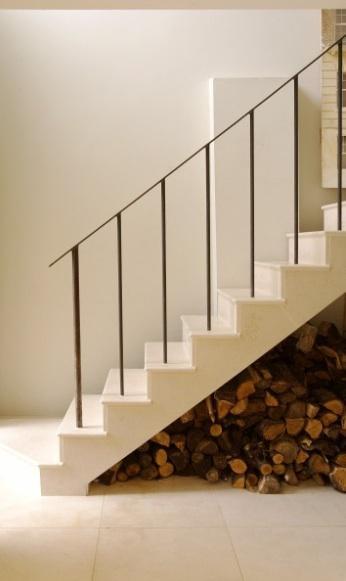 ranger le bois de chauffage sous l'escalier