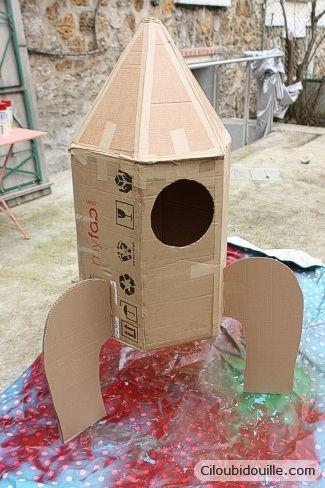 Idée de fusée avec des boites de carton