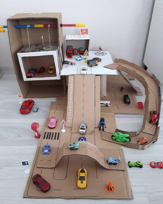 idée pour construire un stationnement en carton pour petites autos