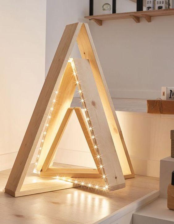 Sapin en triangle avec des planches de bois