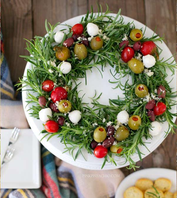 Couronne d'amuse-gueules pour Noël avec branches de romarin et olives vertes
