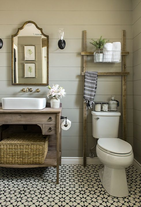 échelle décorative dans la salle de bain