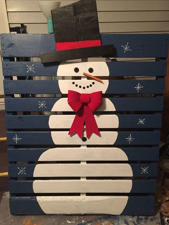Un bonhomme de neige sur une palette de bois