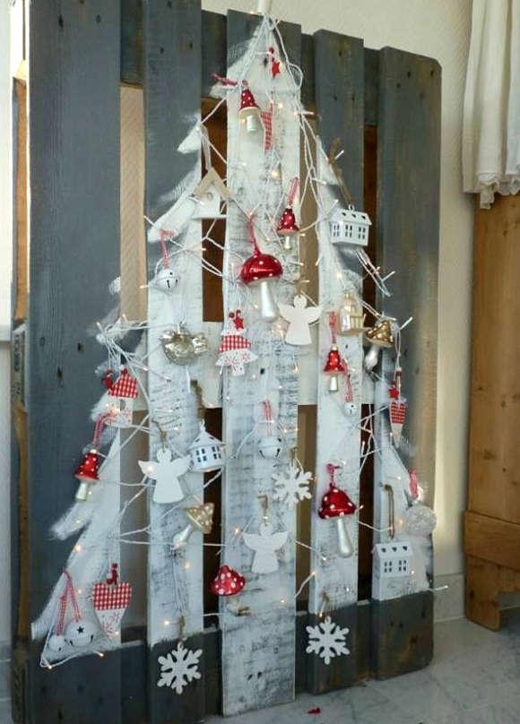 Sapin de Noël avec une palette de bois