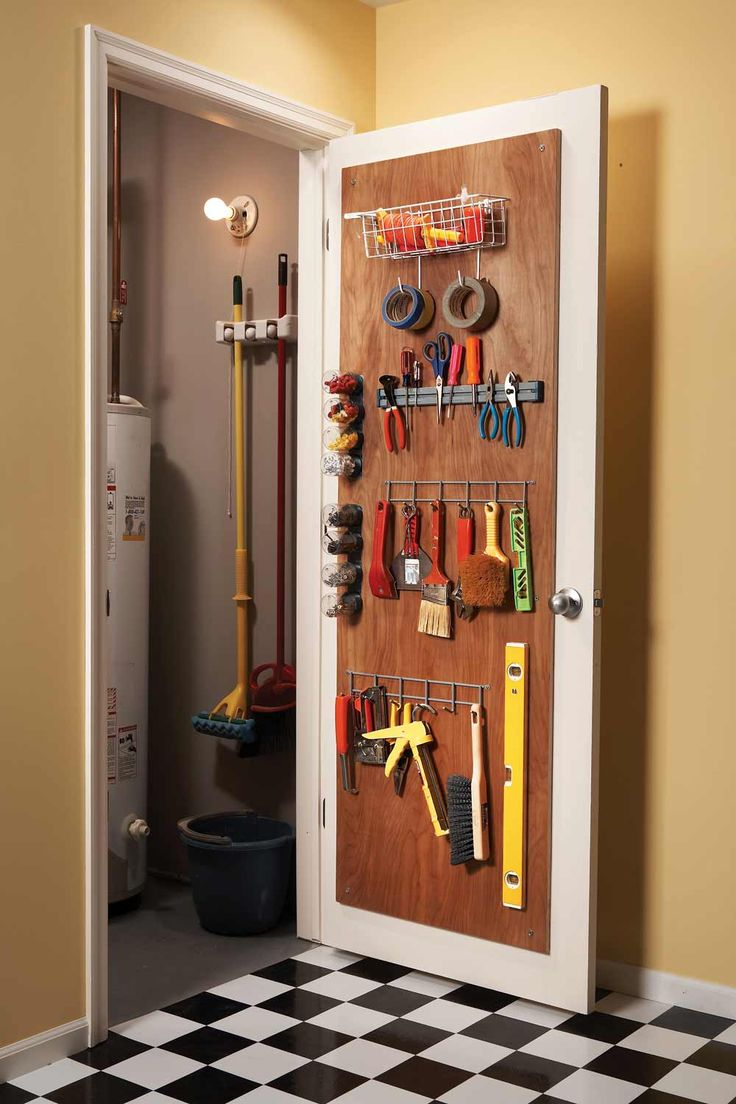 Rangement des outils derrière une porte