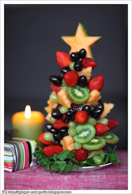 Sapin de Noël fait avec des fruits