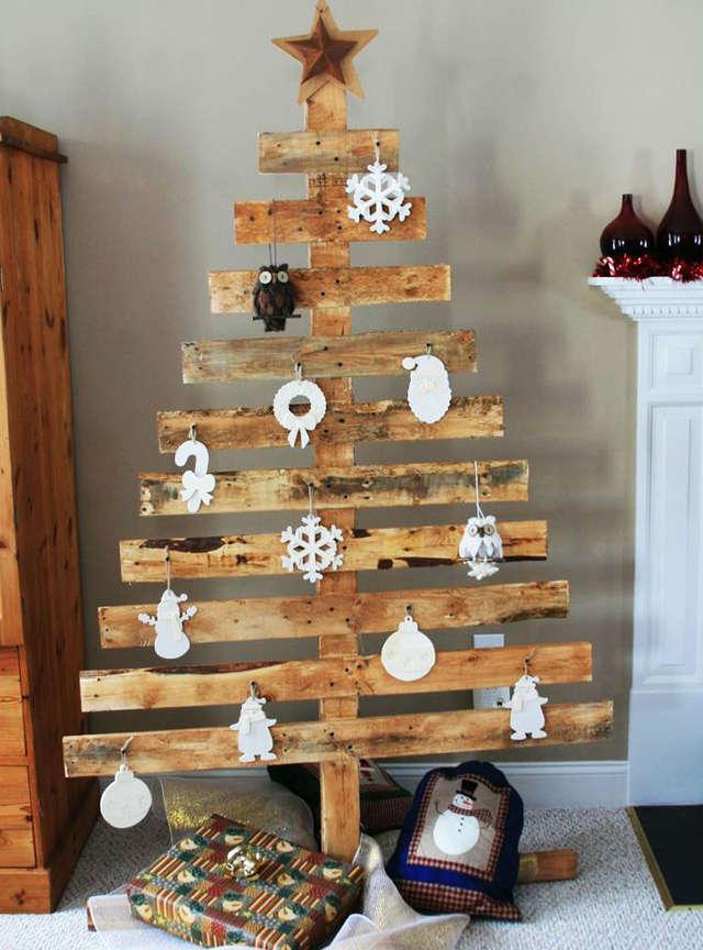 Sapin de Noël fait avec de vieilles planches de bois
