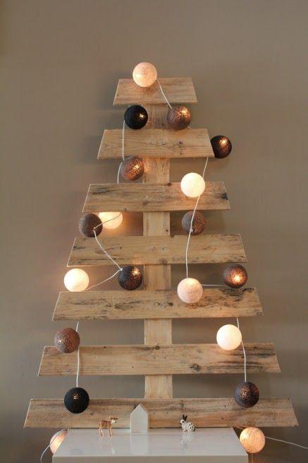 Quelques planches de bois pour fabriquer ce sapin de Noël