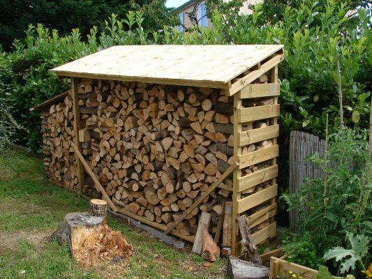 abris extérieur pour stocker le bois de chauffage