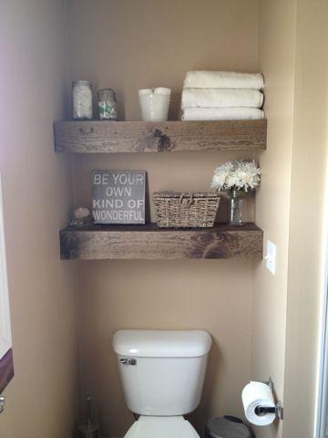 Tablette de bois comme rangement au dessus de la toilette