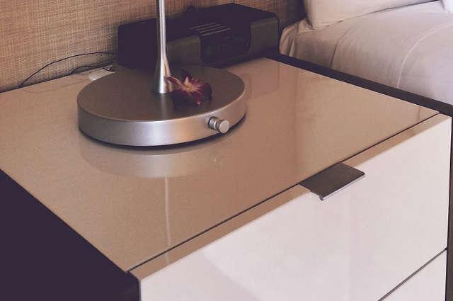 enlever une tache d 39 eau sur un meuble. Black Bedroom Furniture Sets. Home Design Ideas