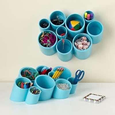 Organisation pour le bureau de travail avec tubes de PVC