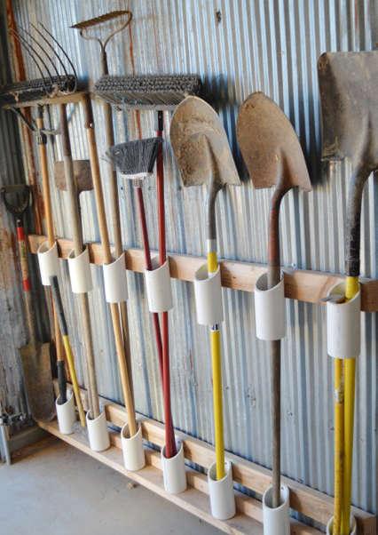 Rangement avec tuyau de PVC pour les outils de jardin