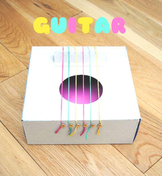 Guitare avec une boite de carton