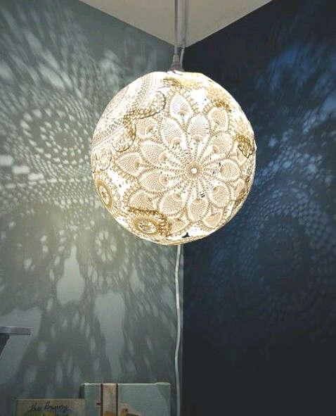 fabriquer une lampe avec un ballon et des napperons de dentelle