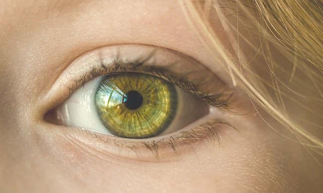 enlever une poussière dans l'oeil