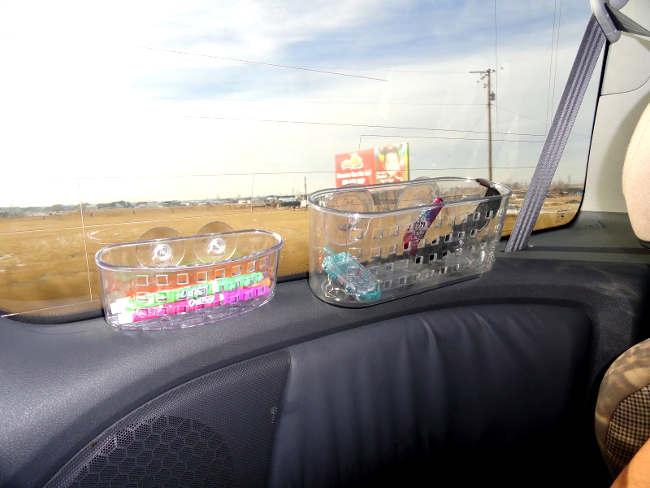 rangement qui colle sur les vitres d'auto