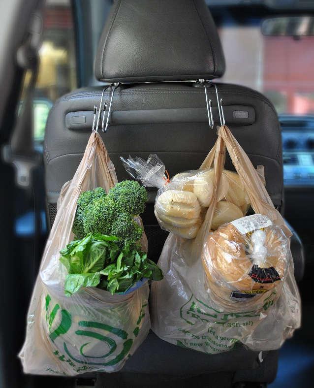 ranger les sacs d'épicerie dans l'auto