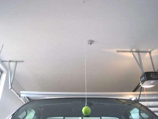 repère dans le garage avec une balle de tennis