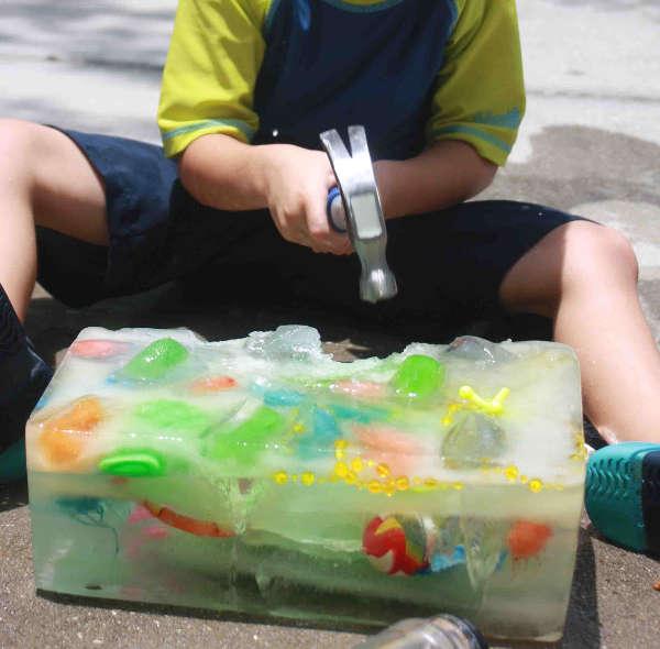 Jouer à l'archéologue avec des jouets et un bloc de glace