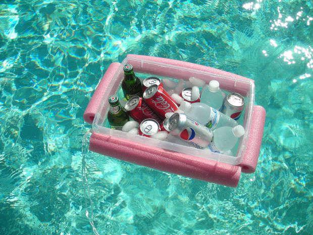 glacière flottante avec une nouille de piscine